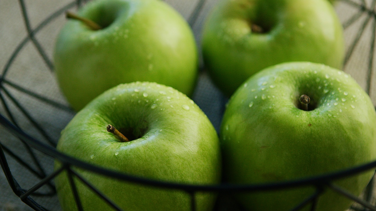 Pommes vertes dans un bol